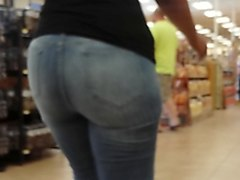 candid big booty puerto rican milf in tight jeans.